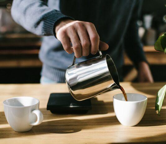 Person laver kaffe på sit kontor