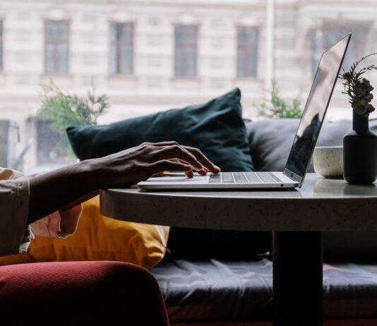 Person søger efter ting på computer