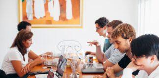 Mange mennesker er til møde sammen på arbejdet