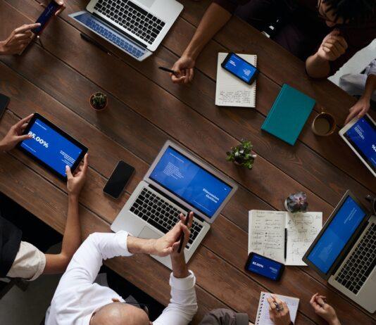 Arbejdsplads hvor alle arbejder sammen