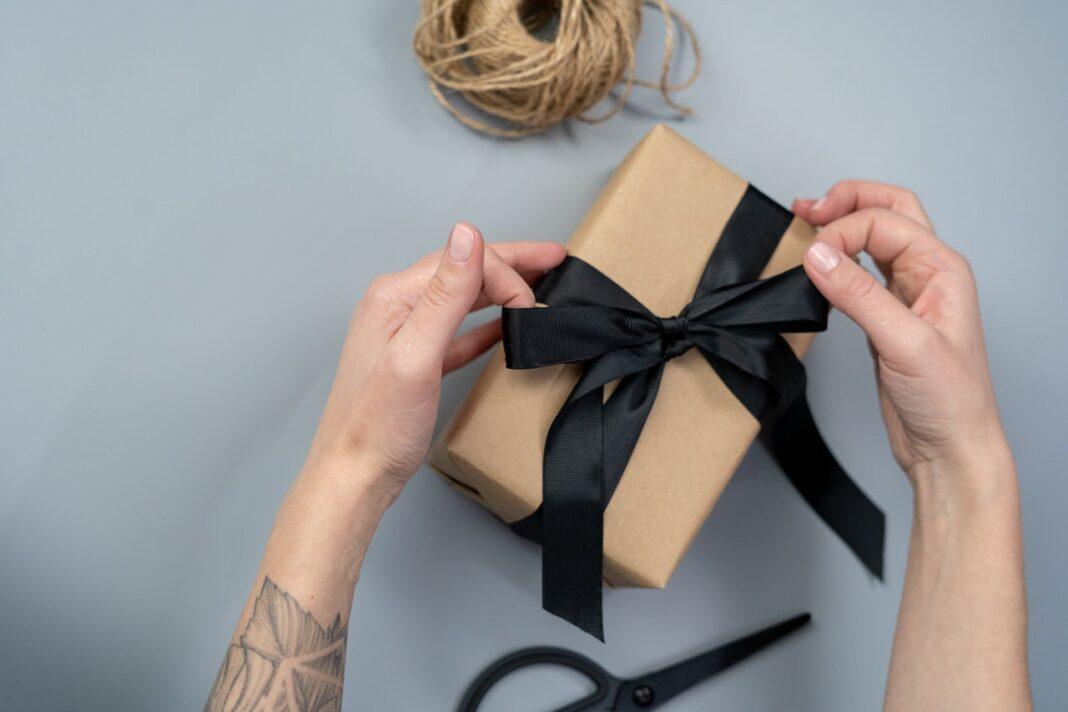 Person pakker en gave ind
